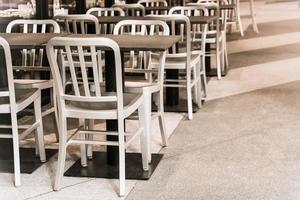cadeira de madeira vazia em restaurante foto
