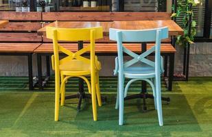 cadeira de madeira colorida vazia em restaurante foto