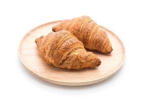 croissant de manteiga em fundo branco foto