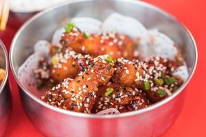 frango frito estilo coreano em uma tigela foto