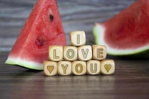 Eu amo Você. a palavra sobre o amor está escrita em cubos de madeira. foto