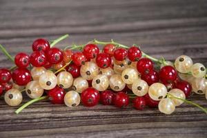 groselhas vermelhas e brancas em um close-up de heap. fundo de baga foto