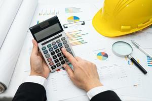 arquiteto ou engenheiro trabalhando na contabilidade do projeto com gráfico foto