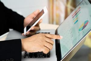 contabilista asiático relatórios financeiros projeto de contabilidade com gráfico foto