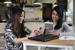 mulheres de negócios trabalhando em um site público foto