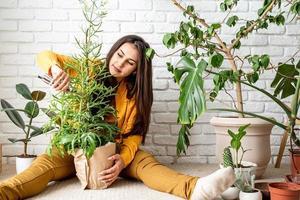 jardineira cuidando das plantas do jardim de sua casa foto
