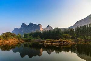 bela vista da paisagem com reflexo no lago em Khao e bid foto