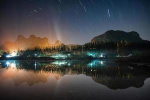 bela estrela trilha na montanha com reflexo no lago foto
