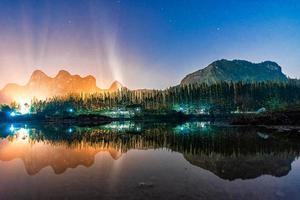 bela paisagem noturna com reflexo no lago em khao e bid foto