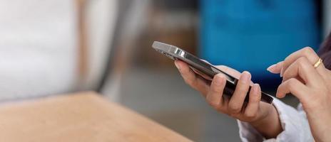 close-up de mulher usando celular e digitando foto