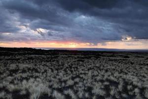 lindo pôr do sol na ilha grande, costa de Kohala, havaí foto