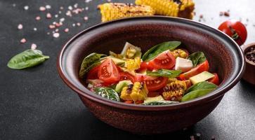 deliciosa salada fresca com tomate, abacate, queijo e milho grelhado foto