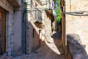 rua da cidade medieval com edifícios de pedra foto