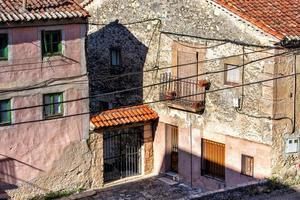 prédio com fachada de pedra e varanda foto