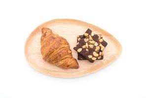 croissant e brownies em fundo branco foto