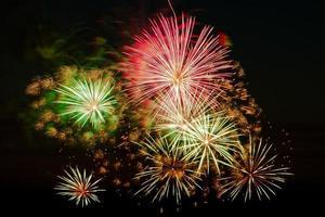 fogos de artifício coloridos brilhantes em uma noite festiva. foto