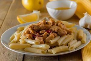 comida mediterrânea - macarrão penne e frango em molho cremoso foto