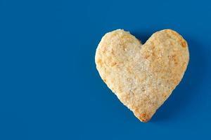 biscoitos de açúcar em forma de coração em um fundo azul foto
