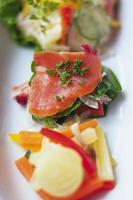 salada de vegetais saudável e nutritiva foto