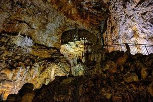 o interno da famosa caverna cárstica do gigante em trieste, itália. foto