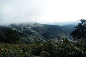 montanhas e vilas rurais na chuva foto