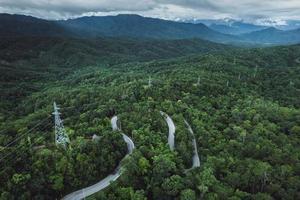 estrada da montanha em uma forma de vila rural acima foto