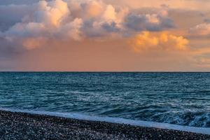 céu rosa pálido mágico com nuvens coloridas e fofas foto