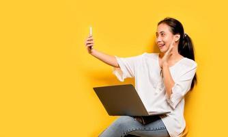 comunicação online de mulheres asiáticas retrato de negócios asiáticos felizes foto