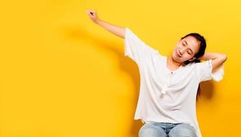 adolescente asiática se sentindo feliz. sorrindo e olhando para a câmera foto