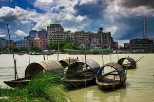 narayanganj, bangladesh, 21 de setembro de 2018 - barco de pesca tradicional na margem do rio foto