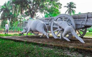 sonargaon, bangladesh, fevereiro de 2019 - estátua de vaca tradicional foto