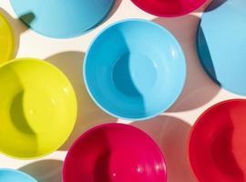 arranjo objetos de plástico não ecológicos foto