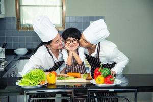 mulher asiática jovem mãe com filho menino cozinhando foto