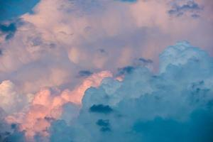 tempo tempestuoso. céu dramático pôr do sol com nuvens de tempestade foto