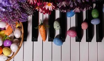 ovos de páscoa pascais e teclas de piano e flores foto