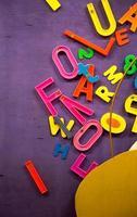 números e palavras de plástico estão pendurados a bordo foto