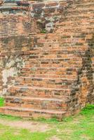 escadas de tijolos em um parque foto