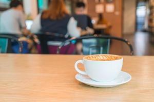Macchiato de caramelo quente em cafeteria foto