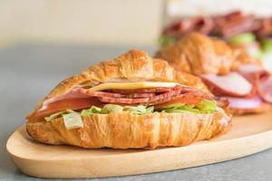 Croissant sanduíche de presunto na mesa foto