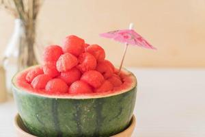 melancia fresca na mesa foto