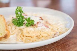 espaguete à carbonara no prato - comida italiana foto