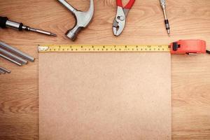 ferramentas de trabalho em fundo de madeira. vista do topo foto