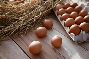 ovos em caixas de papel colocadas em pisos de madeira foto