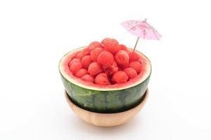 melancia fresca em fundo branco foto