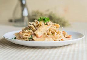 queijo cremoso de macarrão penne na mesa foto