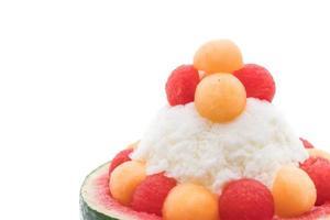 sobremesa bingsu de melancia em fundo branco foto