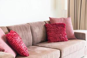 bela decoração de travesseiro no sofá na sala de estar foto