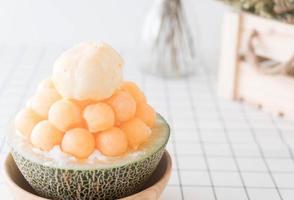 Bingsu de melão de gelo, famoso sorvete coreano na mesa foto