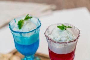 copo de sorvete de coco com geleia foto