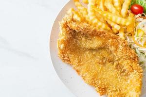 filé de peixe frito e batata frita com mini salada foto